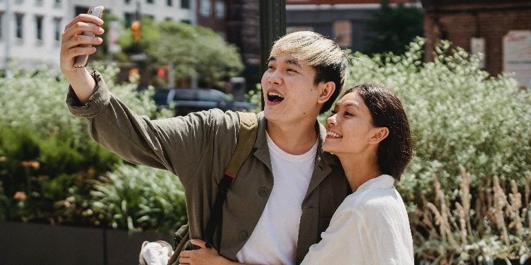 Bir Kadının Sizi Sevip Sevmediğini Anlamanın 10 Yolu